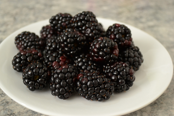 a plate of blackberries